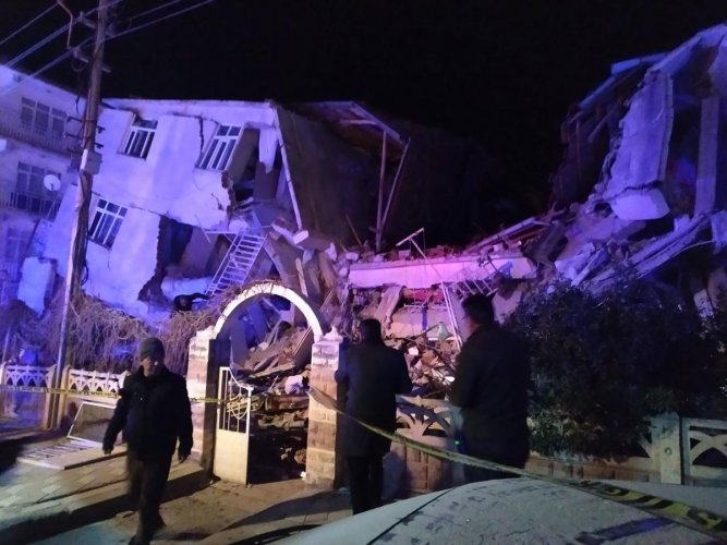 Turkish rescue services and police inspect the scene of a collapsed building following a 6.8 magnitude earthquake in Elazig, eastern Turkey on January 24, 2020, killing several people according to the Turkish interior ministry.