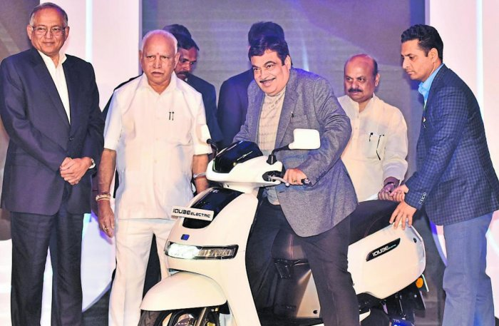 Union Transport Minister Nitin Gadkari checks out TVS iQube electric scooter in Bengaluru recently. (From left) TVS Chairman Venu Srinivasan, Chief Minister B S Yediyurappa and Home Minister Basavaraj Bommai are also seen. DH Photo by Janardhan B K