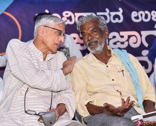 Mahatma Gandhi's grandson Rajmohan Gandhi with Kannada writer Devanur Mahadeva on Sunday. (DH photo/M S Manjunath)