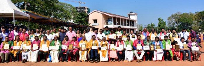 District Rajyothsava awardees along with the dignitaries. DH Photo