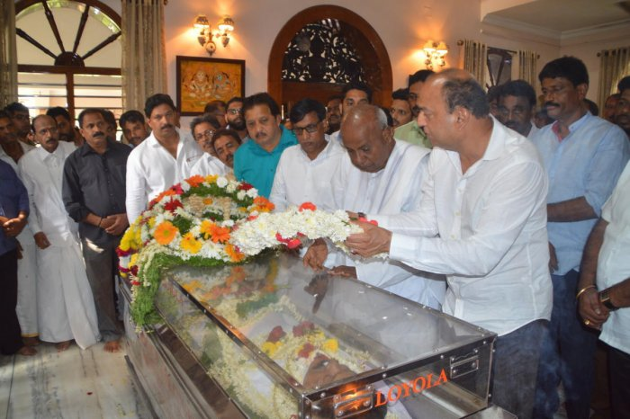 JD(S) Supremo H D Deve Gowda pays final tributes to party leader and former minister K Amarnath Shetty in Moodbidri.