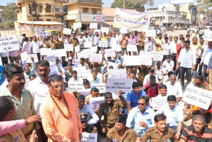 The members of Karnataka State Road Transport Corporation Employees' Federation stage a protest in Chikkamagaluru on Wednesday. DH Photo