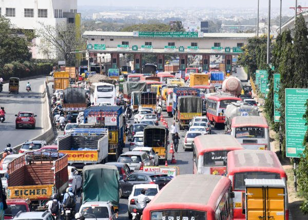 A Huge Traffic on Fastag express on Tumkur road in Bengaluru. (DH Photo)