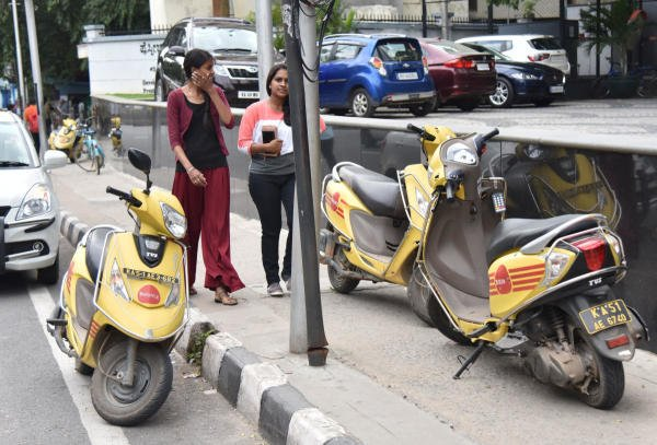 Bounce scooters parking at the No parking place on busy Kasturba road in Bengaluru on Tuesday, 10 September, 2019. (DH Photo by B K Janardhan)