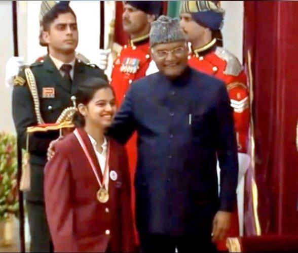 Moorje Suneetha Prabhu from Belthangady receives the Pradhan Mantri Rashtriya Bal Puraskar 2020 from President of India Ram Nath Kovind at a programme held at Rashtrapathi Bhavan, New Delhi. Photo/ Rashtrapathi Bhavan