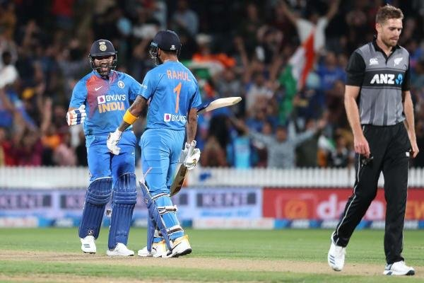 India's Rohit Sharma (L) celebrates with KL Rahul (C) after hitting the winning runs as New Zealand's Tim Southee (R) looks on during the third Twenty20 cricket match between New Zealand and India at Seddon Park in Hamilton on January 29, 2020. (AFP Photo)