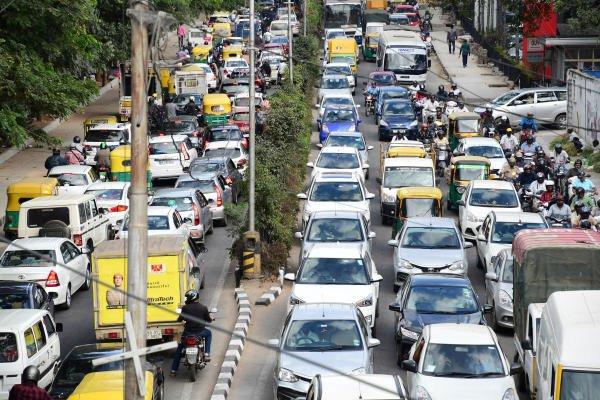 Traffic jam on Palace cross Road in Bengaluru. (DH Photo)