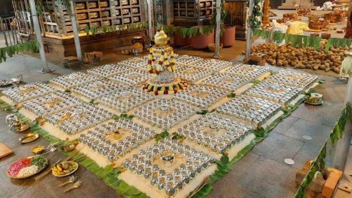 Kalashas arranged for the ablution of the presiding deity as part of Brahmakalashotsava at Sri Durgaparameshwari Temple in Kateel. In the middle is the 'Pradhana Kalasha'.