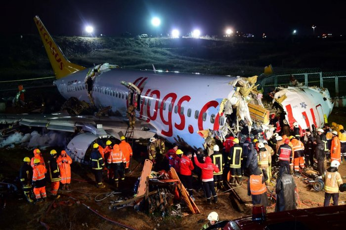 Rescuers work to extract passengers from the crash of a Pegasus Airlines Boeing 737 airplane, after it skidded off the runway upon landing at Sabiha Gokcen airport in Istanbul on February 5, 2020. (AFP Photo)
