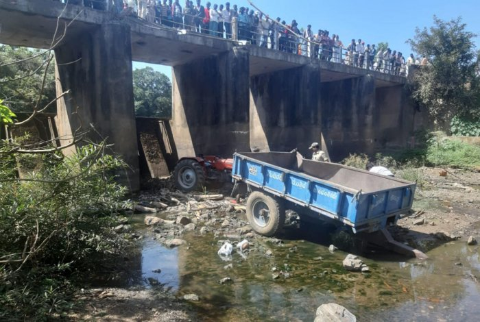 The tractor-trailer, carrying agricultural labourers, which fell off Tattihalla bridge near Itagi village in Khanapur taluk in Belagavi district on Saturday killing six persons. DH photo