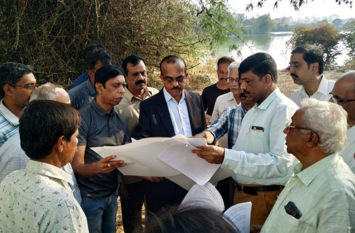 Minor Irrigation department officials along with BBMP, BWSSB and KTCDA officials inspected the Doddakallasandra Lake in Bengaluru South on Friday. (DH Photo)