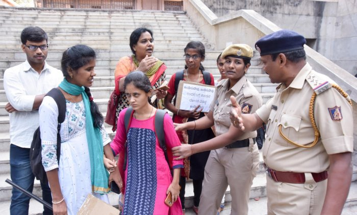 Police evict blind students from VV Toweron Tuesday. DH PHOTO/ANUP RAGH T