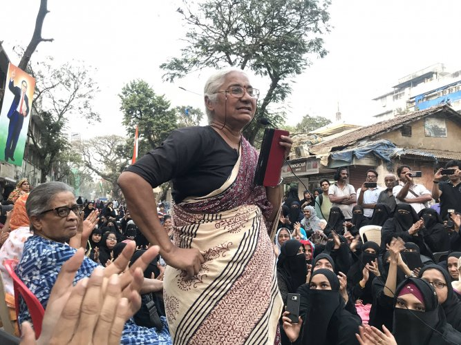 Addressing the protesters, Patkar said if the Uddhav Thackeray government has taken a clear stand on Citizenship (Amendment) Act, National Register for Citizens and National Population Register, why was the police interfering. Credit: Twitter (@medhanarmada)