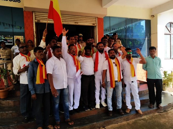 Pro-Kannada activists stage protest in front of Mini Vidhan Soudha in Hubballi on Thursday. (DH Photo)