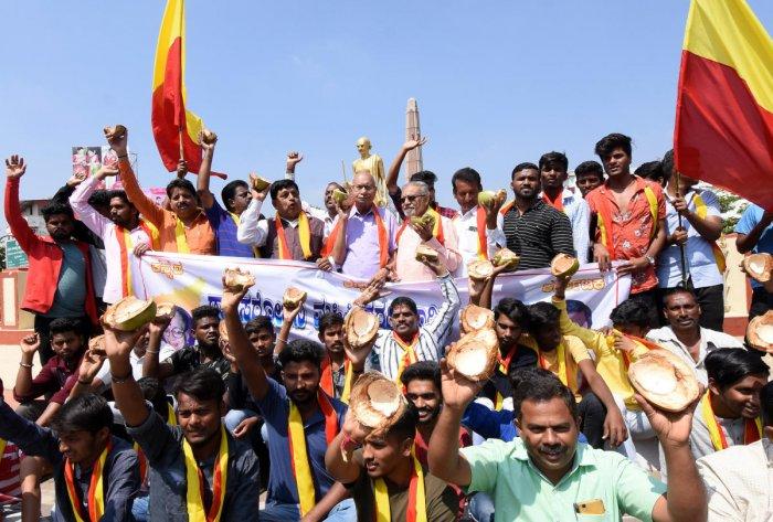 Members of pro-Kannada organisations stage protest demanding implementation of Sarojini Mahishi report, in Mysuru on Thursday. dh photo