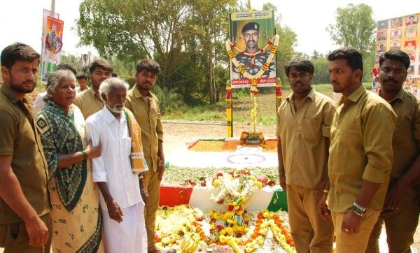Martyred constable H Guru's parents and students pay respects to the memorial at Gudigere Colony, Maddur taluk, Mandya district, on Friday. (DH Photo)