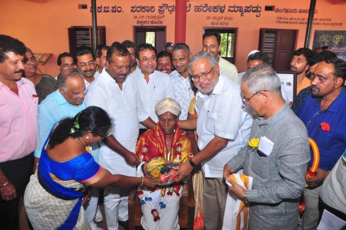 Primary and Secondary Education Minister S Suresh Kumar felicitated Harekala Hajabba, who will receive Padma Shri award in March, at DKZP Government High School in Harekala Newpadpu on the outskirts of the city on Saturday.