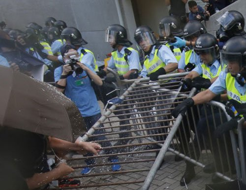 Hong Kong police start removing protest barricades