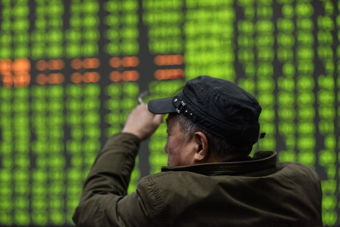 An investor looks at a screen showing stock market movements at a securities company in Hangzhou in China's eastern Zhejiang province. (AFP Photo)