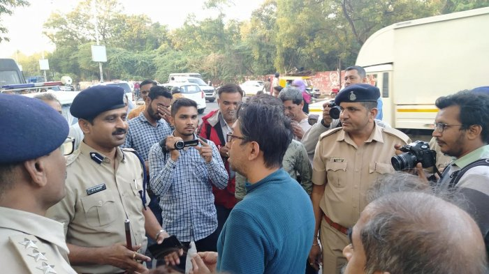 IIM-A professor Navdeep Mathur arguing with police. (DH Photo)