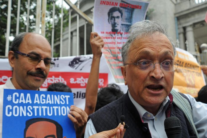 Historian Ramachandra Guha during protest against CAA outside Town Hall in Bengaluru. (DH Photo)