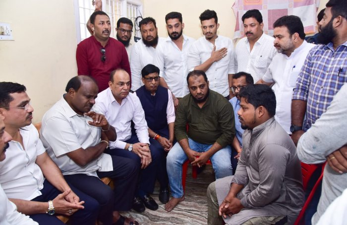 Former CM H D Kumaraswamy handed over cheque for Rs 5 lakh each to family of Ahmmed Jaleel of Kandak and Nausheen of Kudroli, who were killed in police firing in Mangaluru. (DH Photo)