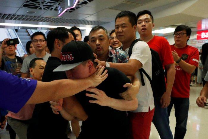 Pro-China demonstrators and anti-government protester scuffle at Amoy Plaza shopping mall in Kowloon Bay, Hong Kong. (Reuters Photo)