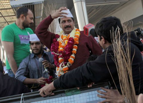 Villagers wave black flags at Kejriwal, term him anti-Gujarat