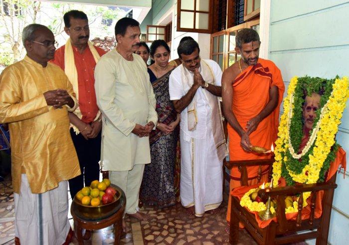 Pejawar Mutt Pontiff Vishwaprasanna Theertha Swami offers 'Aarati' to the portrait of Seer Vishwesha Theertha Swami, at the house of district Kannada Sahitya Parishat President Pradeep Kumar Kalkura in Mangaluru. DH Photo