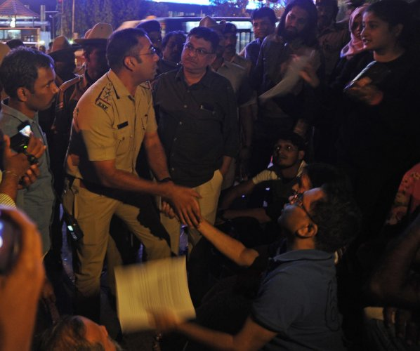Policemen try to evict anti-CAA agitators at Town Hall on Saturday but a few protesters stayed on to read the Constitution and sing the national anthem. DH PHOTOS/PUSHKAR V