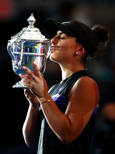 Bianca Andreescu of Canada kisses the championship trophy during the trophy presentation ceremony after winning the Women's Singles final against Serena Williams (Getty Images/AFP Photo)