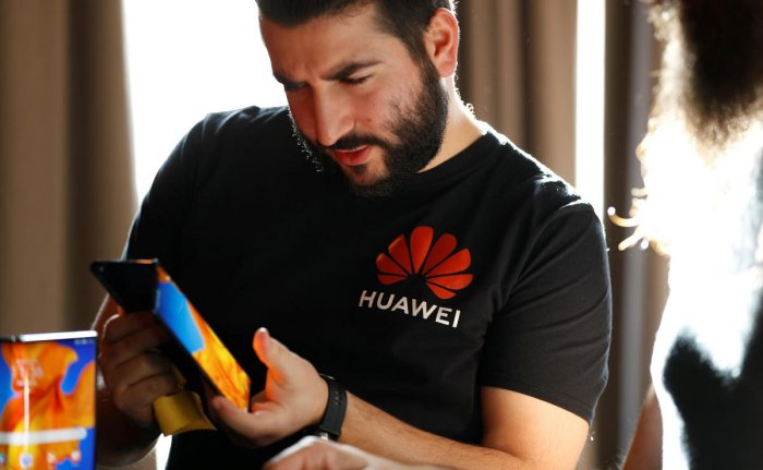 A Huawei employee demonstrates the features of the Huawei Mate XS device, during a media event in London, Britain. (Credit: REUTERS/Peter Nicholls)