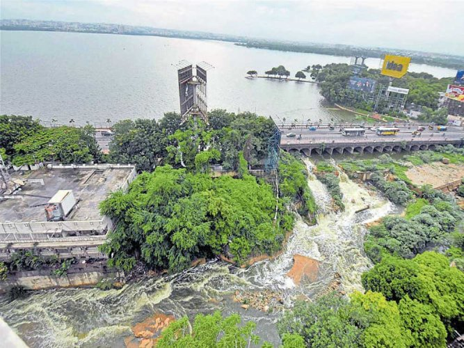 Rain pounds Gujarat; Hyd express derails