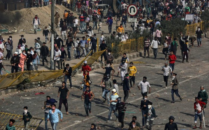 People supporting a new citizenship law and those opposing the law, clash during a protest in New Delhi. (Reuters photo)
