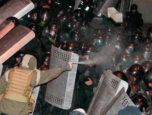 Clashes rage as 100,000 Ukrainians demand EU pact