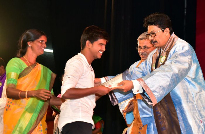 Nithyananda receives the certificate and cash award from Mangalore University (MU) Vice Chancellor Prof P S Yadapadithaya during the 38th Convocation of Mangalore University held at Mangala auditorium on varsity campus on Thursday. DH Photo