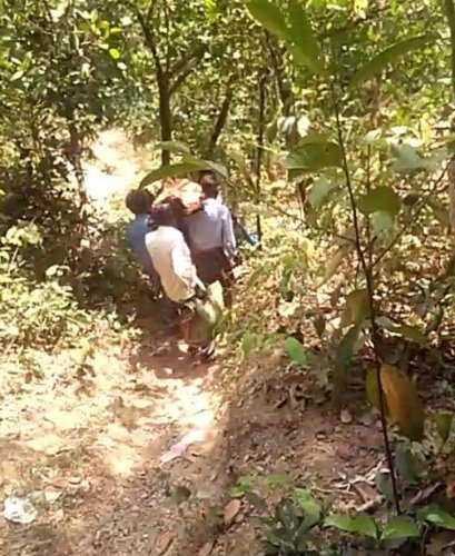Villagers carry the body of Dinesh on their shoulders at Jayanagara Kondekeri Dalit Colony in Sullia taluk.