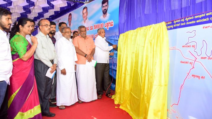 District In-charge Minister V Somanna unveils the plaque during a programme organised to lay foundation stone for the works to fill lakes, on Horticulture College premises in Yelchanahalli near Mysuru on Friday. President of Mysuru-Chamarajanagar District