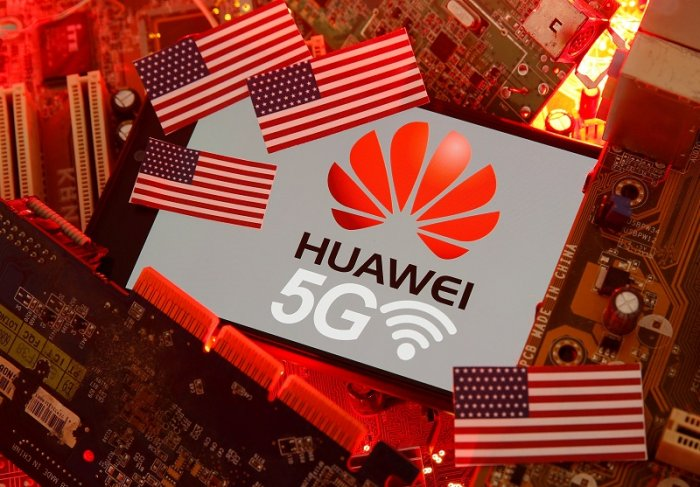 The U.S. flag and a smartphone with the Huawei and 5G network logo are seen on a PC motherboard in this illustration. (Reuters Photo)