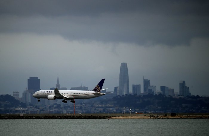 A United Airlines plane lands at San Francisco International Airport. (Credit: AFP)