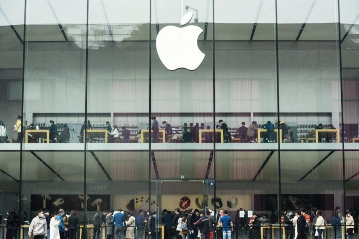 This photo taken on March 8, 2020 shows customers visiting an Apple store after it reopened in Hangzhou in China's eastern Zhejiang province.  (Photo by STR / AFP) / China)