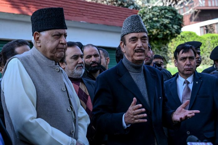 Former Jammu and Kashmir chief minister Farooq Abdullah (L) and senior National Congress leader of opposition in Rajya Sahba (Council of States) Ghulam Nabi Azad (C) speak to media representatives outside Abdullah's residence, after his release, in Srianagar on March 14, 2020. (Photo by Tauseef MUSTAFA / AFP)