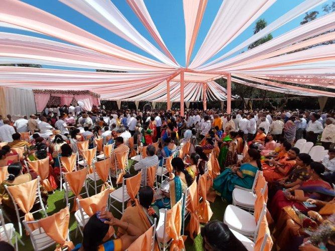 Guests at Mahantesh Kavatgimath's daughter's wedding. (DH Photo)