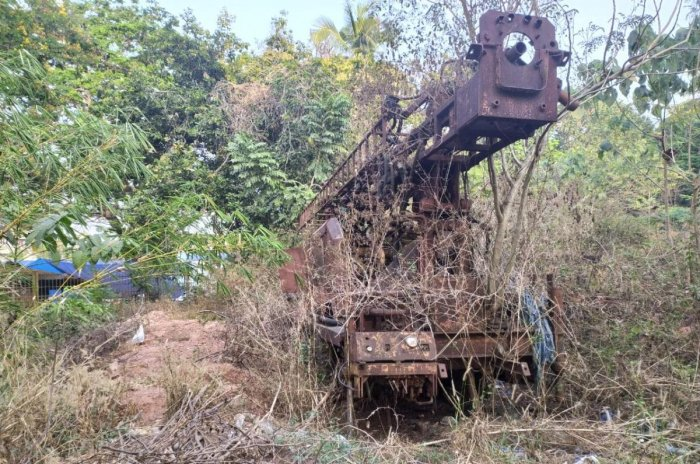 An abandoned crane dumped in the site near Circuit House. DH Photo