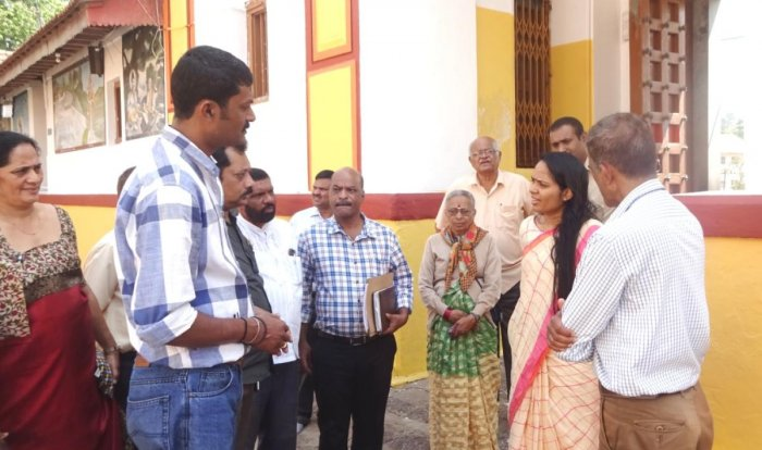 Deputy Commissioner Annies Kanmani Joy visits Omkareshwara Templeand speaks to officials in Madikeri on Monday. DH Photo