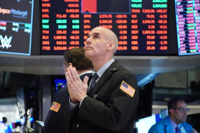Traders work on the floor at the opening bell of the Dow Industrial Average at the New York Stock Exchange on March 18, 2020 in New York. (AFP Photo)