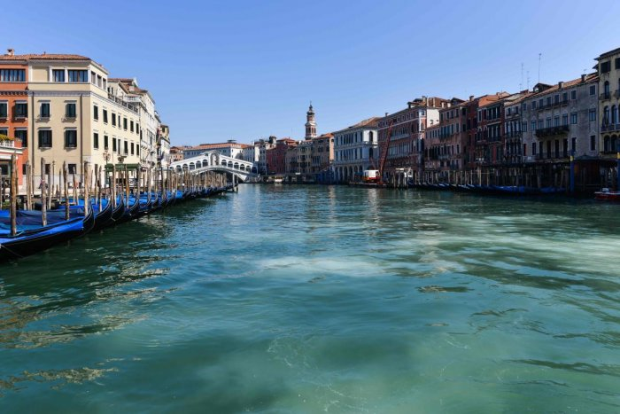 A general view shows clear waters of the Grand Canal near the Rialto Bridge in Venice as a result of the stoppage of motorboat traffic, following the country's lockdown for the new coronavirus crisis. (Photo by ANDREA PATTARO / AFP)