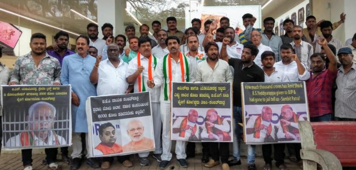 Congress workers stage a protest in front of BJP president B S Yeddyurappa's house in Bengaluru on Thursday. dh photo