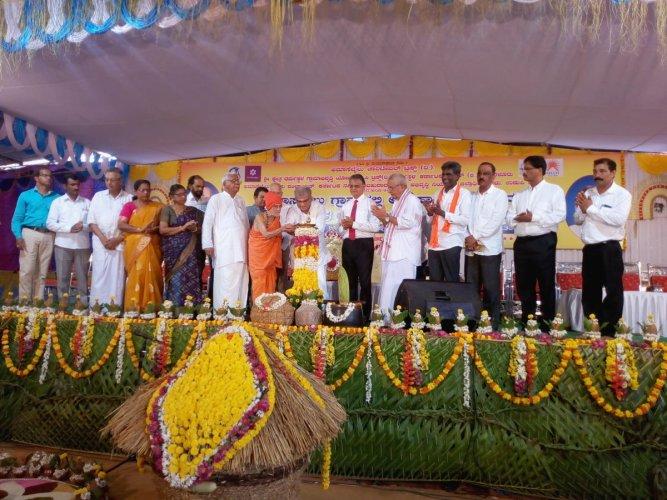 Pejawar Mutt pontiff Vishwesha Teertha Swami and Dharmasthala Dharmadhikari D Veerendra Heggade jointly inaugurate the valedictory of the solar village project at Amasebailu in Udupi district on Sunday.