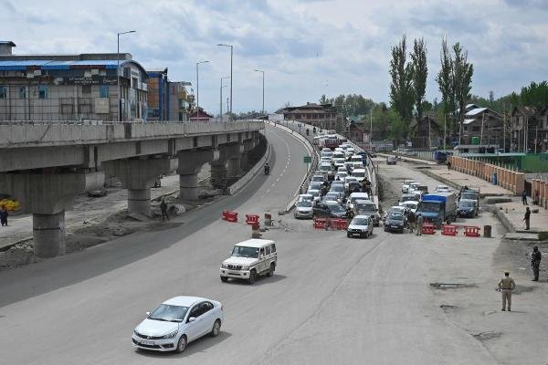 Indian police stops vehicles at a checkpoint during a government-imposed nationwide lockdown as a preventive measure against the COVID-19 coronavirus, in Srinagar on April 20, 2020. (Credit: AFP Photo)